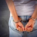 女子高生のスカートの中を盗撮したとして主人が逮捕。どうすれば?
